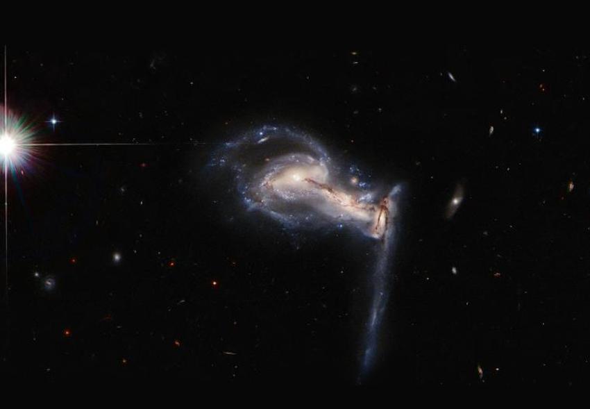 Hubble сделал эффектный снимок троицы ссорящихся галактик