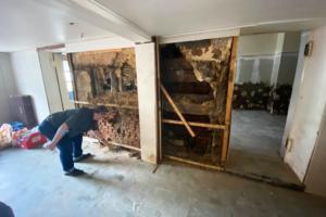 Немецкий учитель нашел в стене дома тайник с артефактами нацистов