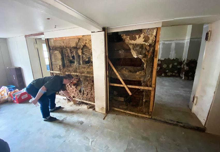 Немецкий учитель нашел в стене дома тайник с артефактами нацистов.Вокруг Света. Украина