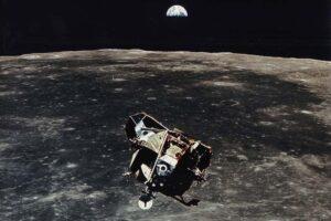 Потерянный модуль легендарной миссии Apollo 11 может до сих пор вращаться вокруг Луны