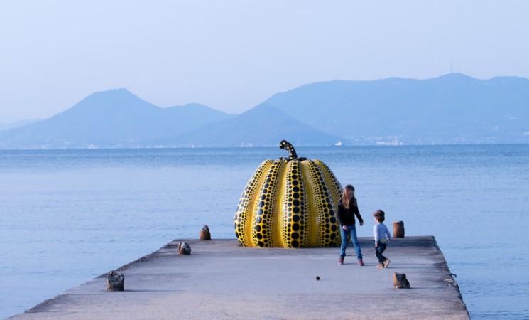 Скульптуру японской художницы Яёи Кусамы снес тайфун.Вокруг Света. Украина