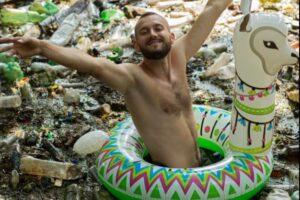 Харьковский экоактивист нырнул в мусор