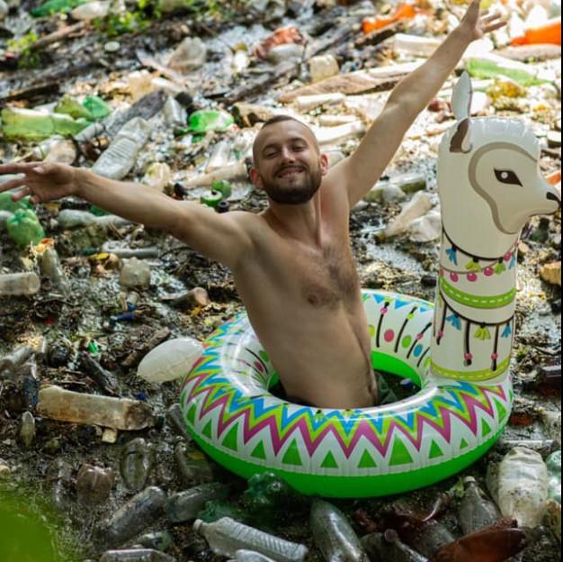 Харьковский экоактивист нырнул в мусор.Вокруг Света. Украина