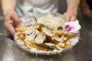 Золото и трюфели: в Нью-Йорке готовят самый дорогой картофель фри в мире