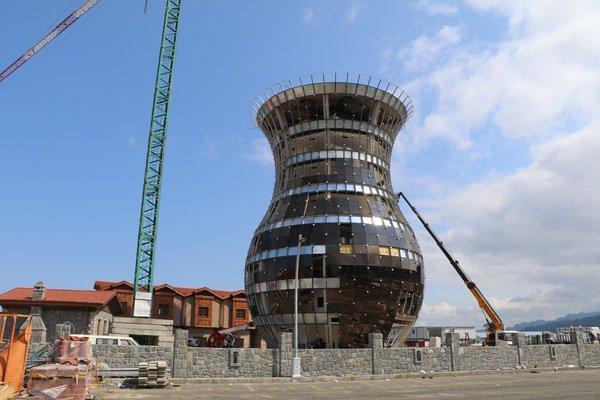 В Турции достраивают высотку в форме стакана