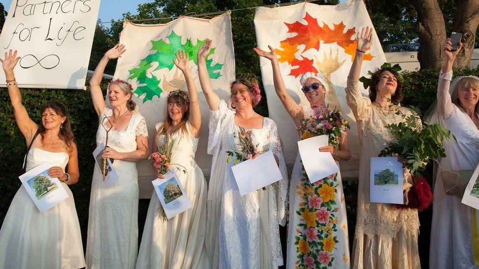 Англичанки «вышли замуж» за деревья, протестуя против вырубки леса.Вокруг Света. Украина
