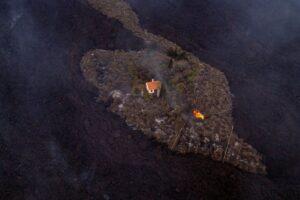 Дом на Канарах волшебным образом спасся от лавы вулкана