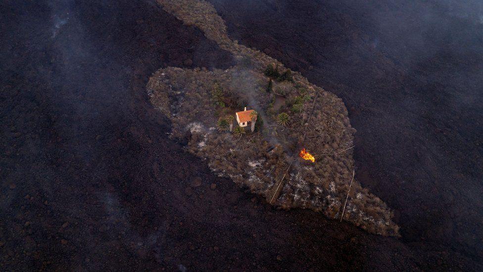 Дом на Канарах волшебным образом спасся от лавы вулкана.Вокруг Света. Украина