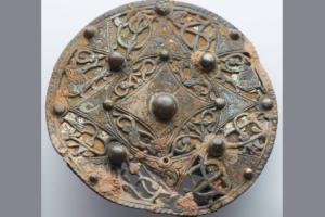 Охотник за древностями нашел редкую серебряную брошь возрастом 1200 лет