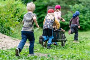 Как укрепить иммунитет ребенка всего за месяц? Финны советуют возиться с растениями в школьном садике