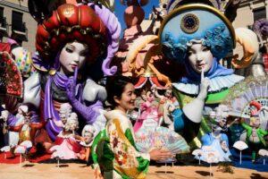 В Валенсии возобновили красочный фестиваль огня Фальяс