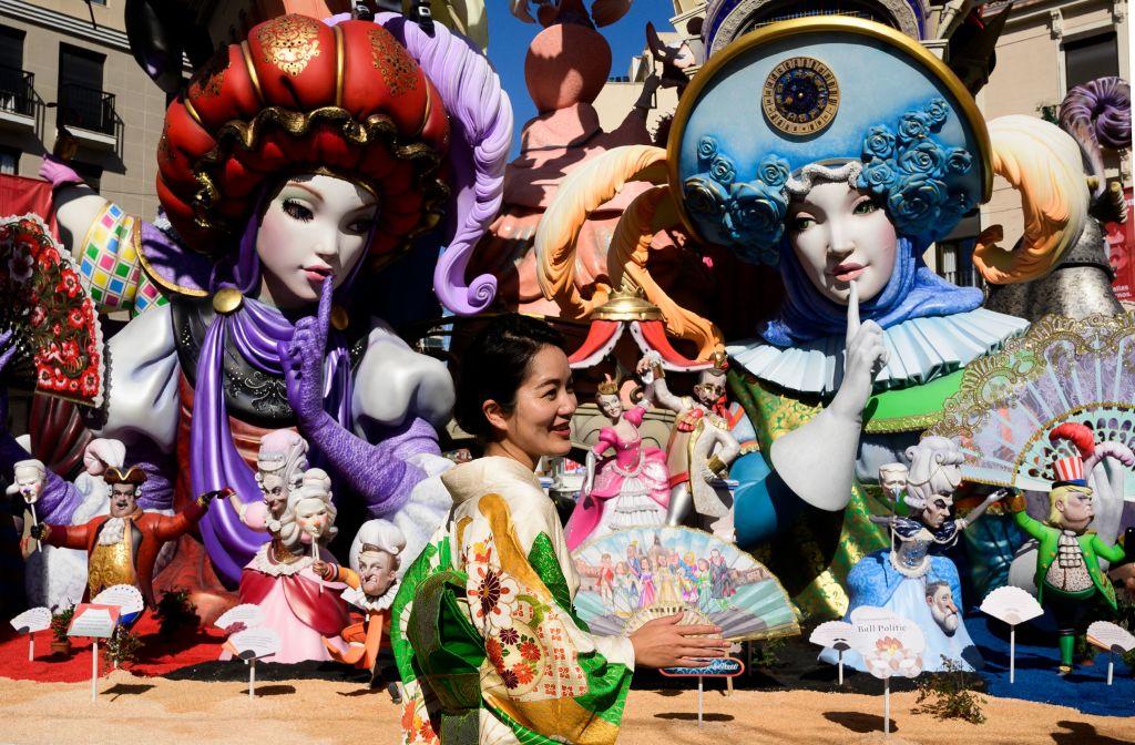 В Валенсии возобновили красочный фестиваль огня Фальяс.Вокруг Света. Украина