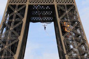 Французский канатоходец прошел над Парижем на высоте 70 метров