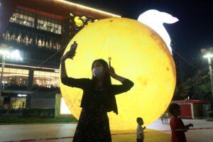 В Китае ветер сдул гигантскую луну: видео
