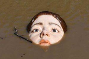 Как живая: в испанской реке установили скульптуру тонущей девочки