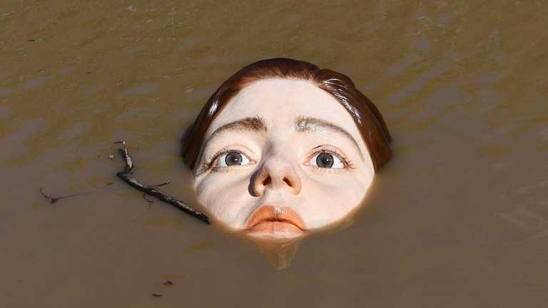 Как живая: в испанской реке установили скульптуру тонущей девочки.Вокруг Света. Украина