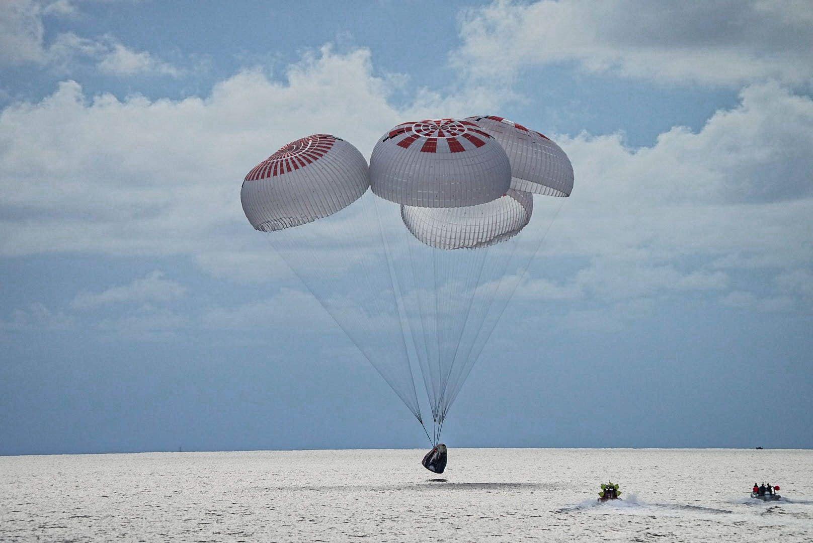 Вернулись: что мы знаем о первом в истории любительском экипаже SpaceX