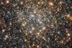 Hubble запечатлел эффектное шаровое скопление в созвездии Змееносца