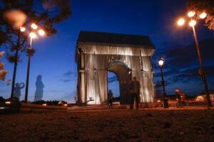 В Париже Триумфальную арку обтянули тканью