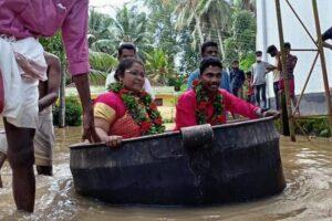 Наводнение в Индии: молодожены плыли на свадьбу в кухонном чане