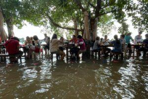 В Таиланде работает ресторан у реки, где гостей затапливает по колено