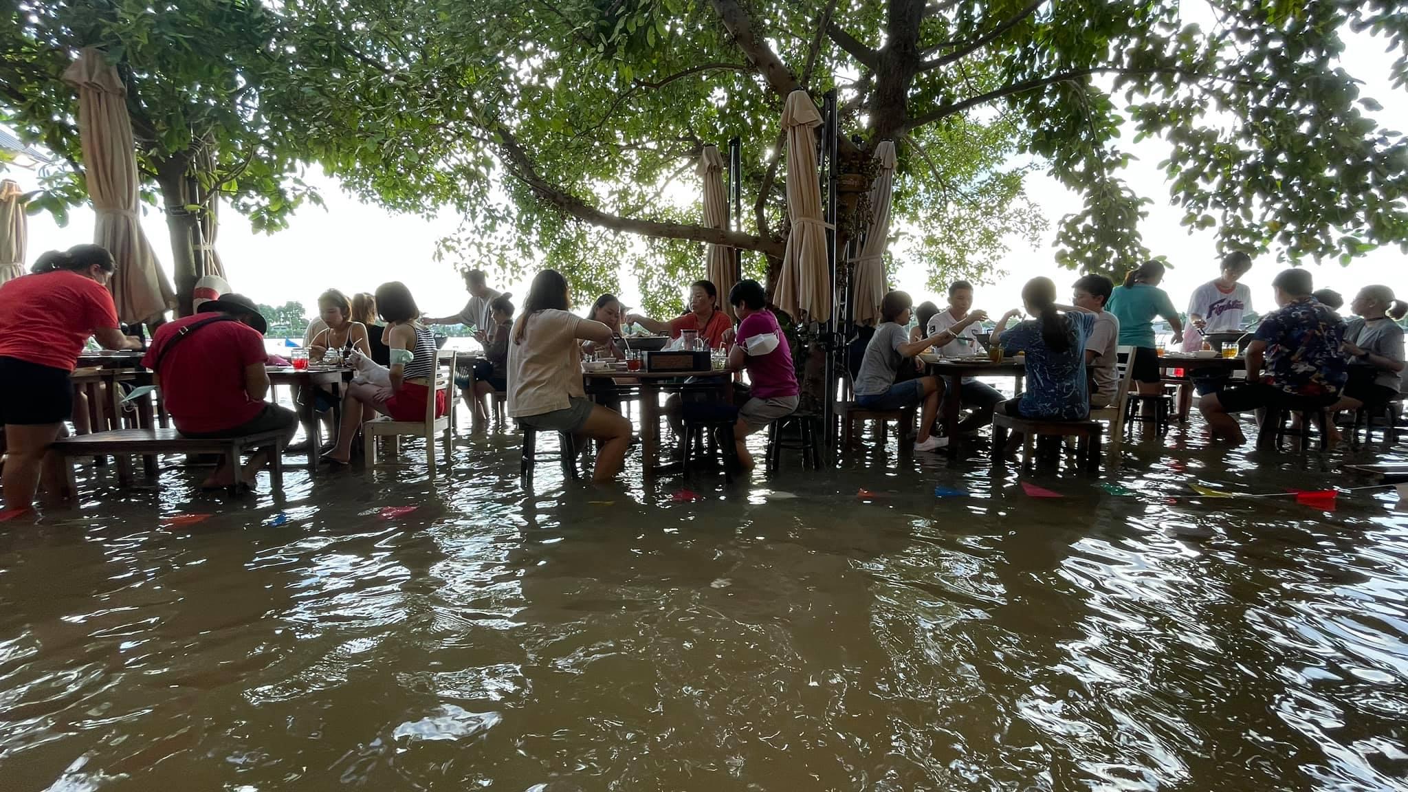 В Таиланде работает ресторан у реки, где гостей затапливает по колено.Вокруг Света. Украина