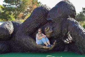 В США поставили самую большую бронзовую скульптуру гориллы в мире