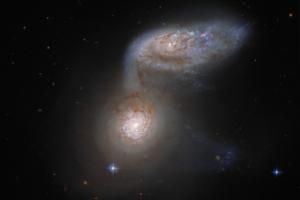 Танцующие в темноте: Hubble запечатлел драматичное слияние двух галактик