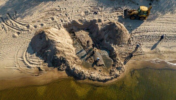 На городском пляже Риги нашли старинный парусник.Вокруг Света. Украина