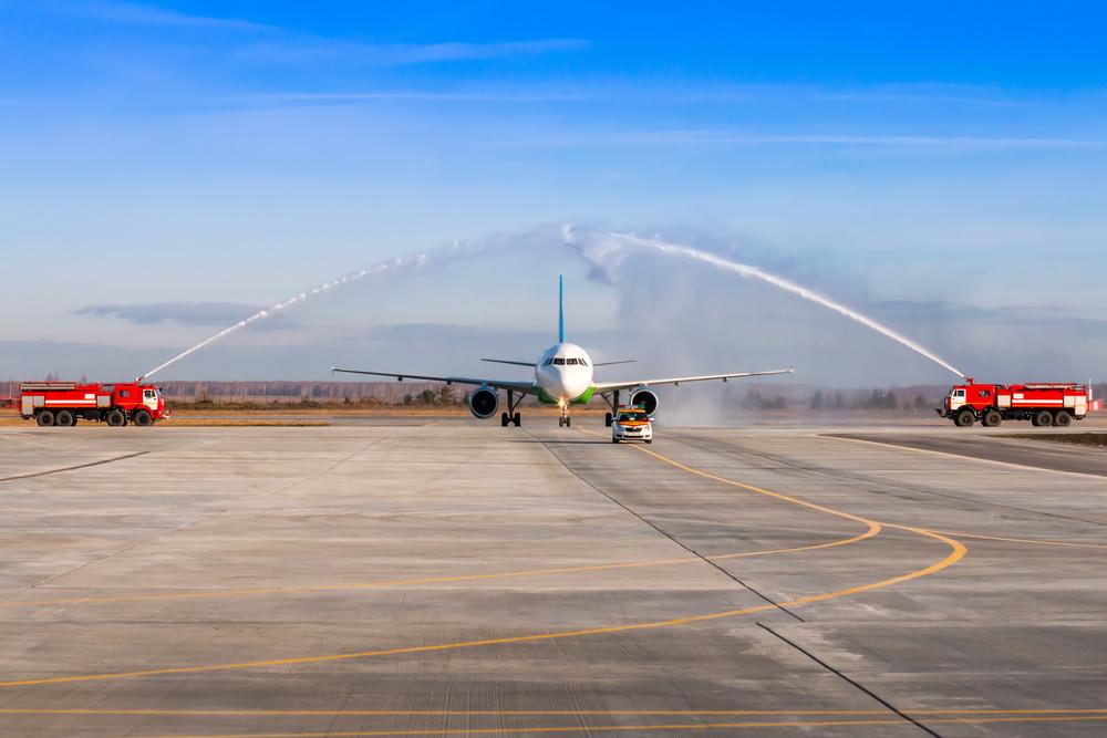 Зачем пожарные поливают самолет водой, если ничего не горит.Вокруг Света. Украина