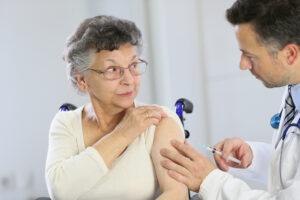 Селедку за укол: как в мире мотивируют делать прививку от коронавируса
