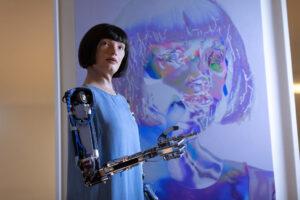 Задержанную в аэропорту Каира художницу-робота освободили из-под стражи