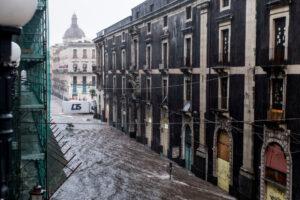 Внезапное наводнение на Сицилии превратило дороги в реки: фото