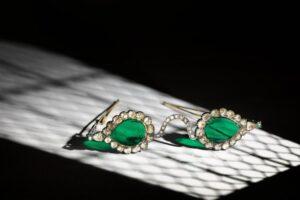 Изумрудные линзы и оправа с алмазами: на аукцион выставили очки Великих Моголов