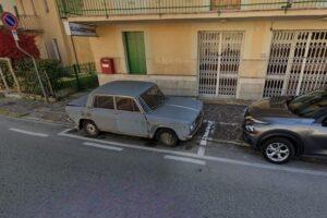 В Италии убрали автомобиль, который почти 50 лет был припаркован на тротуаре