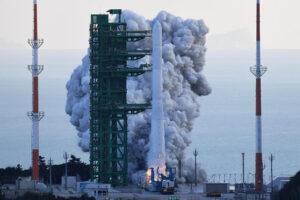Южная Корея запустила свою первую космическую ракету